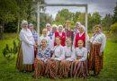 """Naujenes pagastā ar skanīgām balsīm lielījās folkloras kopu sadziedāšanās pasākuma """"Atvasara Juzefovā"""" dalībnieki"""