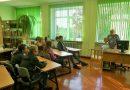 Naujenes pamatskolas 9. klases skolēni iepazīstas ar bibliotekāra profesiju